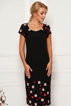 Rochie neagra eleganta tip creion cu maneca scurta cu decolteu rotunjit cu insertii de broderie cu aplicatii cu paiete