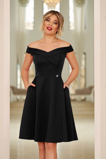 Rochie StarShinerS neagra de ocazie eleganta in clos cu decolteu cu umeri goi din stofa elastica subtire