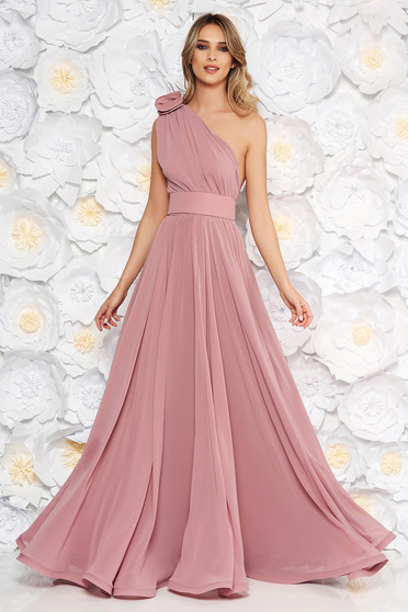 Rochie Ana Radu roz prafuit de lux in clos din voal pe umar accesorizata cu cordon si aplicatii florale