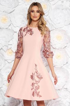 Rochie LaDonna rosa eleganta in clos cu maneci trei-sferturi cu insertii de broderie
