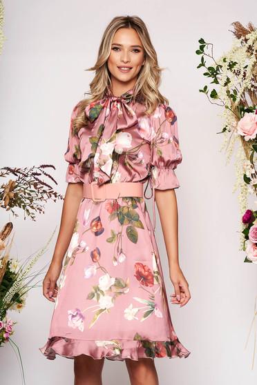 Rochie PrettyGirl roz deschis midi eleganta in clos cu elastic in talie cu guler tip esarfa si curea detasabila