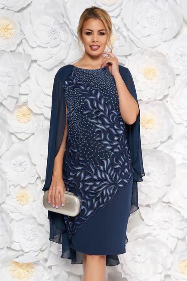 Rochie albastru-inchis midi de ocazie cu un croi drept din stofa subtire usor elastica cu suprapunere din dantela si voal
