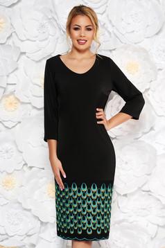 Rochie neagra eleganta cu maneca 3/4 cu un croi drept din stofa usor elastica