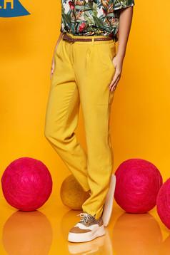 Pantaloni Top Secret galbeni conici cu talie medie din material vaporos cu accesoriu tip curea
