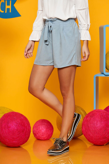 Pantalon scurt Top Secret albastru-deschis casual cu talie inalta din material vaporos accesorizat cu cordon