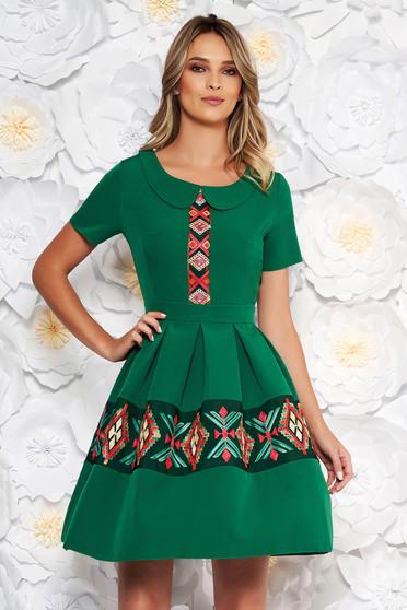 Rochie verde eleganta de zi in clos cu maneca scurta cu guler rotunjit brodata