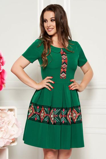 Rochie verde scurta eleganta de zi in clos cu maneca scurta cu guler rotunjit si brodata