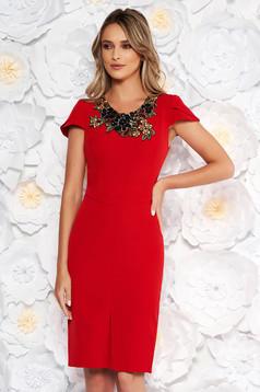 Rochie rosie eleganta tip creion din stofa subtire usor elastica cu aplicatii cusute manual