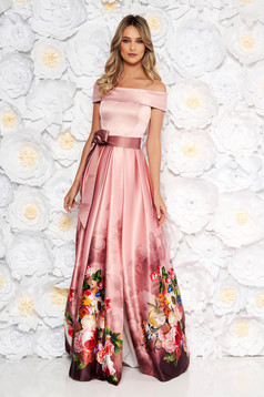 Rochie Artista roz prafuit de ocazie in clos din material satinat cu imprimeu floral cu umeri goi