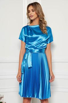 Rochie StarShinerS albastra eleganta midi in clos din satin plisata accesorizata cu cordon
