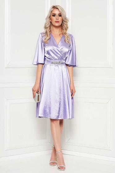 Rochie StarShinerS lila de ocazie din material satinat captusita pe interior accesorizata cu cordon accesorizata cu pietre stras