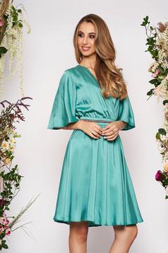 Rochie StarShinerS verde eleganta midi din satin cu croi in clos cu decolteu in v si maneci tip fluture