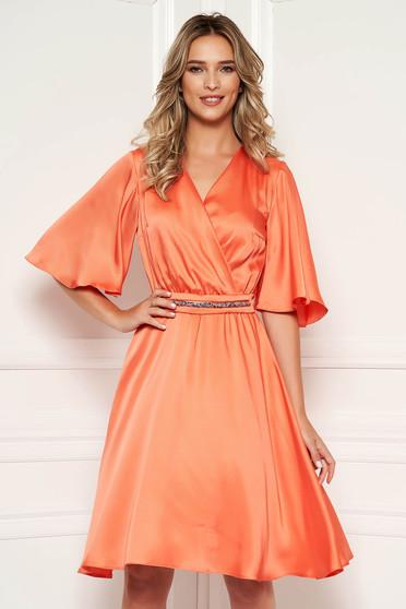 Rochie StarShinerS portocalie eleganta de zi midi din satin croi in clos cu decolteu in v si maneci tip fluture