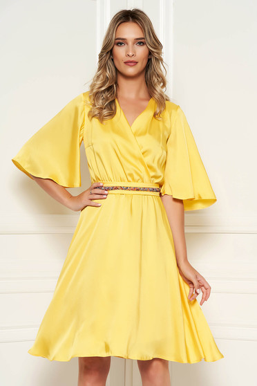 Rochie StarShinerS galbena eleganta de zi midi din satin croi in clos cu decolteu in v si maneci tip fluture
