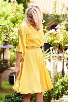 Rochie StarShinerS galbena eleganta midi din satin cu croi in clos cu decolteu in v si maneci tip fluture