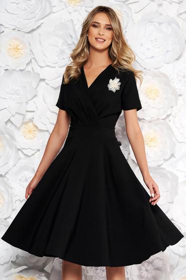 Rochie neagra eleganta in clos din stofa elastica subtire accesorizata cu brosa