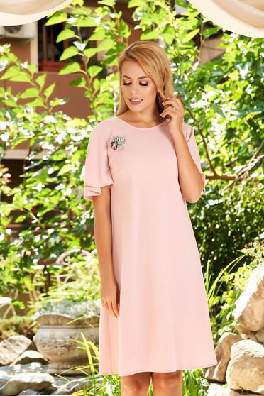 Rochie StarShinerS roz deschis eleganta de zi cu un croi drept cu maneci tip fluture accesorizata cu brosa