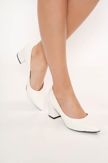 Pantofi alb cu toc gros cu varful usor ascutit