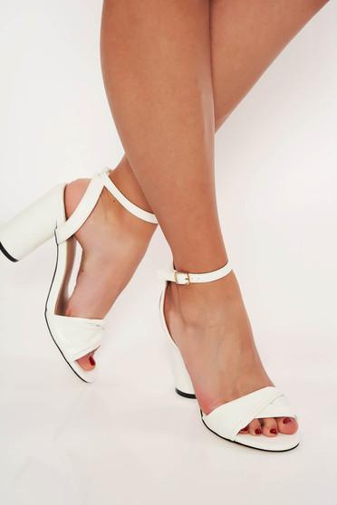 Sandale albe elegante cu toc gros decupati in fata