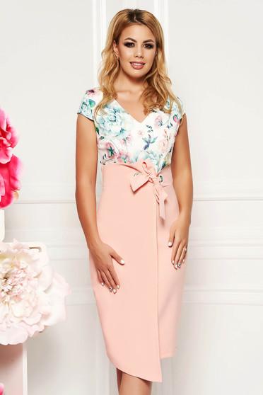 Rochie piersica eleganta de zi cu un croi drept din stofa subtire usor elastica cu decolteu in v
