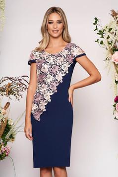 Rochie albastru-inchis eleganta midi cu un croi drept cu maneci scurte si suprapunere cu dantela