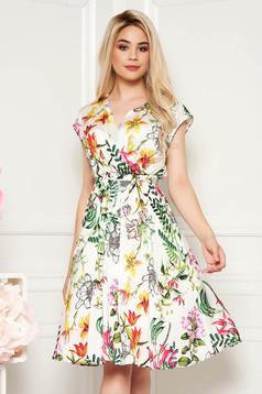 Rochie alba de zi in clos cu elastic in talie cu decolteu in v din material satinat cu imprimeuri florale