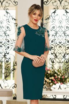 Rochie StarShinerS verde eleganta midi cu un croi mulat din stofa usor elastica cu aplicatii cu pietre strass cu aplicatii florale detalii handmade