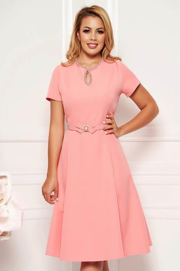 Rochie roz eleganta in clos din material fin la atingere detalii handmade cu accesoriu tip curea