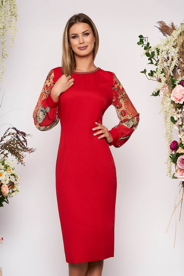 Rochie rosie de ocazie cu un croi mulat cu aplicatii cu margele maneci transparente