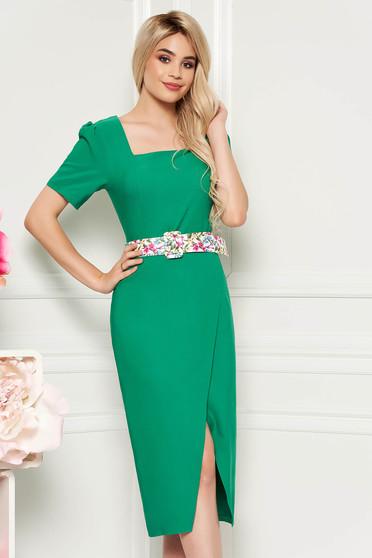 Rochie verde eleganta de zi midi cu un croi cambrat din material usor elastic cu accesoriu tip curea