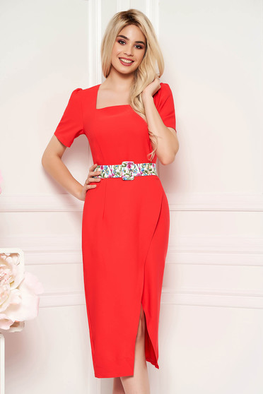 Rochie corai eleganta de zi midi cu un croi cambrat din material usor elastic cu accesoriu tip curea