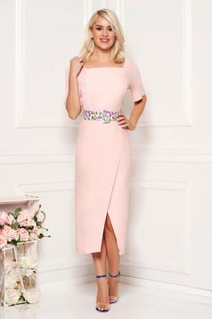 Rochie roz prafuit eleganta midi de zi cu un croi cambrat din material usor elastic cu accesoriu tip curea