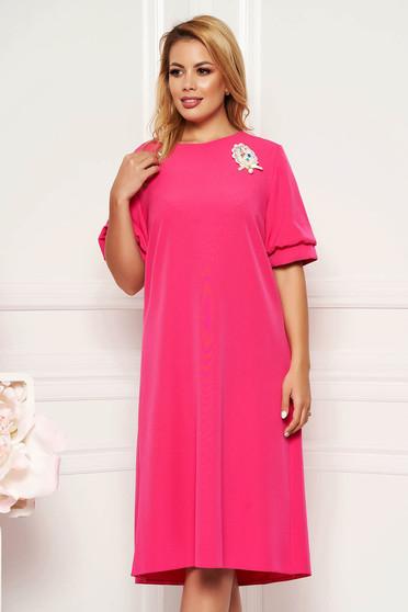 Rochie roz eleganta cu croi larg cu maneca scurta fara captuseala accesorizata cu brosa