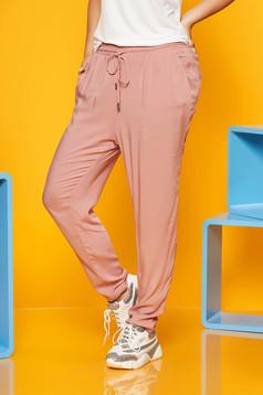 Pantaloni SunShine roz prafuit din material vaporos accesorizati cu snur si buzunare