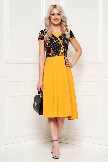 Rochie mustarie de zi eleganta in clos din stofa cu imprimeu floral