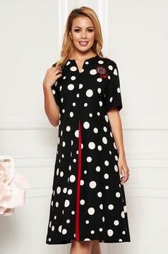 Rochie neagra eleganta cu croi in a cu buzunare din stofa subtire usor elastica accesorizata cu brosa