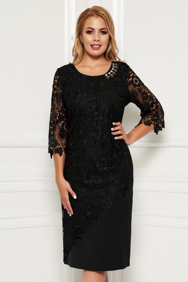 Rochie neagra midi de ocazie cu un croi mulat din stofa usor elastica cu maneci trei sferturi si suprapunere cu dantela