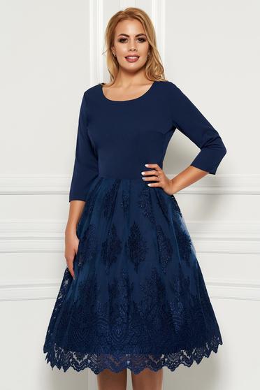 Rochie albastru-inchis eleganta midi in clos din material usor elastic cu suprapunere cu dantela