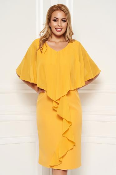 Rochie mustarie midi de ocazie fara maneci cu un croi cambrat din stofa subtire usor elastica suprapunere cu voal