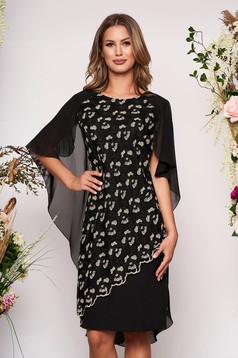 Rochie neagra midi de ocazie cu un croi drept din stofa subtire usor elastica cu suprapunere din dantela si voal