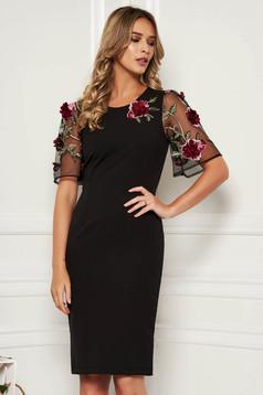 Rochie StarShinerS neagra eleganta midi cu un croi mulat din stofa usor elastica cu aplicatii cu pietre strass cu aplicatii florale detalii handmade