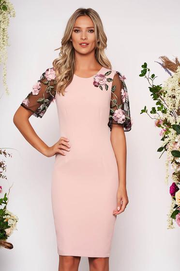 Rochie StarShinerS roz prafuit eleganta midi cu un croi mulat din stofa usor elastica cu aplicatii cu pietre strass cu aplicatii florale detalii handmade
