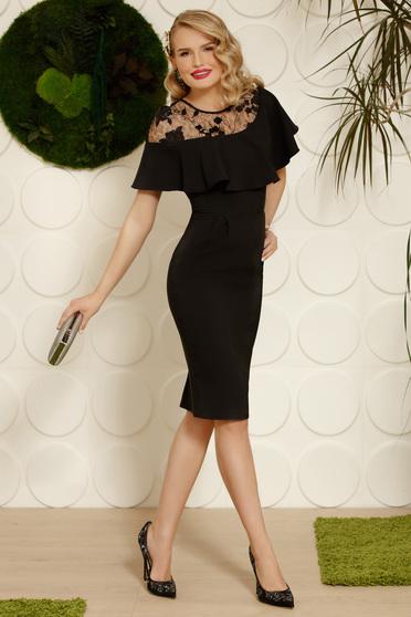 Rochie PrettyGirl neagra midi eleganta tip creion din stofa cu volanase slit la spate cu insertii de broderie cu aplicatii cu paiete