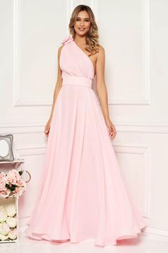 Rochie Ana Radu roz deschis de lux lunga pe umar in clos din voal accesorizata cu cordon