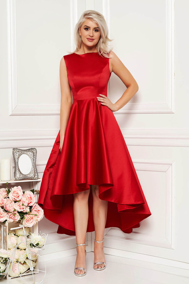 Rochie rosie eleganta de ocazie asimetrica in clos din material satinat fara maneci