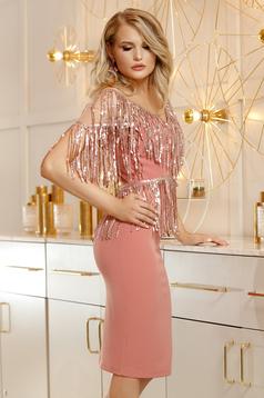 Rochie PrettyGirl roz prafuit de ocazie din stofa tip creion cu decolteu in v tip corset umeri din plasa cu aplicatii cu paiete