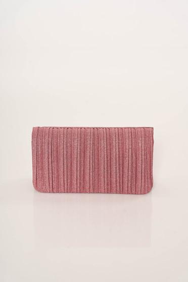 Geanta dama roz plic eleganta accesorizata cu lant metalic cu un compartiment cu buzunar interior
