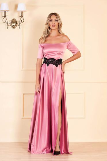 Rochie Artista roz lunga de ocazie in clos din material satinat cu insertii de broderie