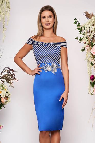 Rochie albastra eleganta midi de ocazie din material satinat tip creion cu umeri din plasa