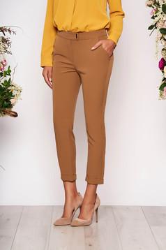 Pantaloni maro eleganti cu un croi mulat cu talie medie si buzunare